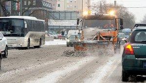 Folyamatosan takarítják a budapesti főutakat az FKF munkagépei